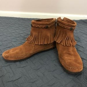 MINNETONKA HIGH TOP FRINGE BOOTS